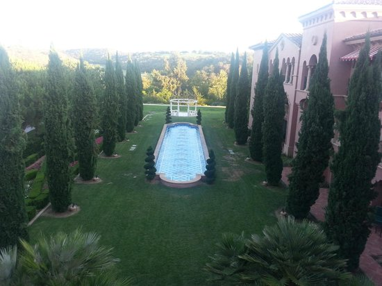 Fairmont Grand Del Mar: dining on the terrace overlooking the reflection pool