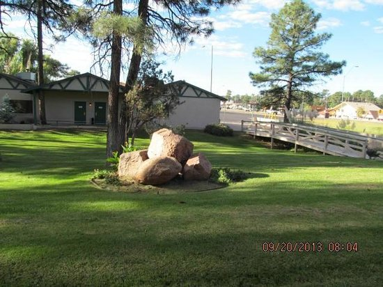 Quality Inn Payson: View from the patio of my room looking toward street.