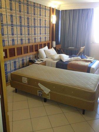 Monumental Bittar Hotel: Cama sem roupa de cama