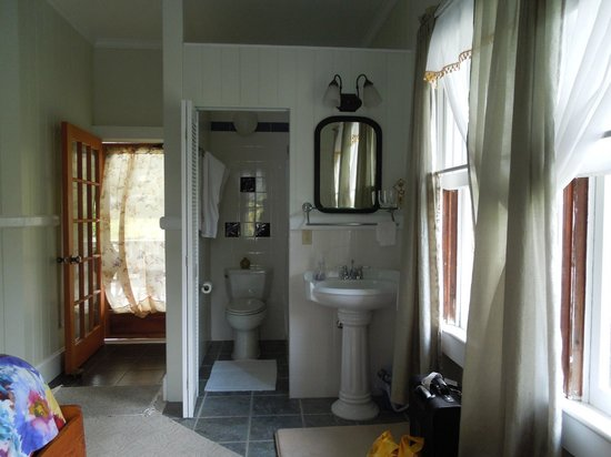 The Old Hawaiian B&B: Sunrise room--not private bathroom