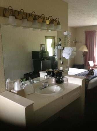 Creekstone Inn: I liked being to use the sink area while the bathroom was occupied.