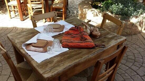 Grambousa: Table magnifique