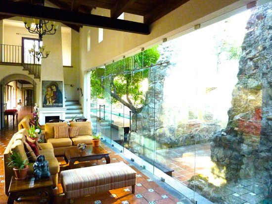Hotel Cirilo: Sitting room with huge glass window, wall, door... to outside