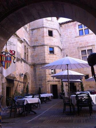 Chateau des Ducs de Joyeuse : L a cour se prépare au repas