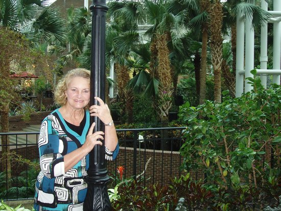 Gaylord Opryland Resort & Convention Center: Pole and Greenery