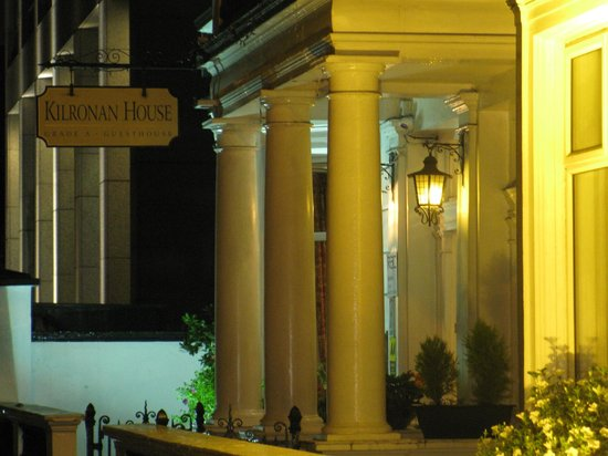 Kilronan House : Street view of Kilronin at night.