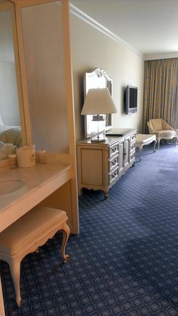 Little America Hotel & Resort: Dressing area and great furniture