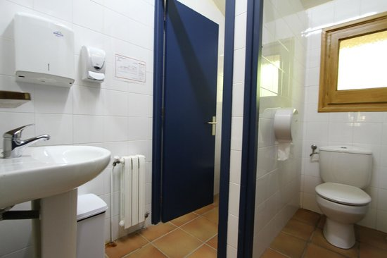 Alberg Roques Blanques: Baño habitaciones