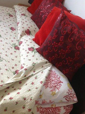 B&B Dei Cavalieri: cojines de la cama
