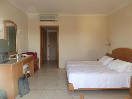 Pilot Beach Resort: chambre spacieuse, grands rangements et frigo dans l'entrée