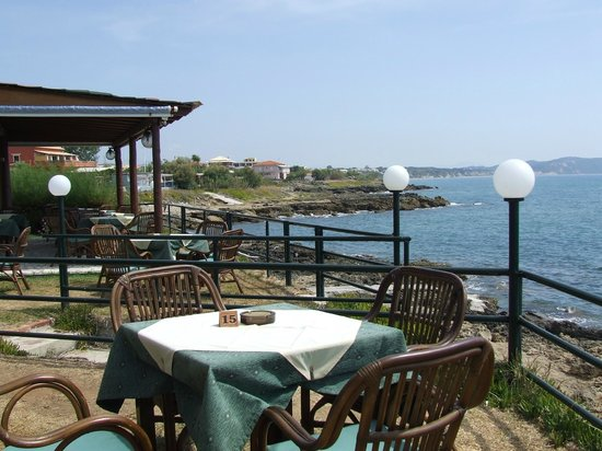 Dora Apartments Argirades: Tables at Seagulls