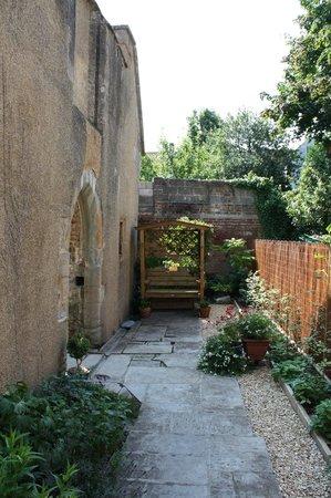 St. Margaret's Chapel & Magdalene Almshouses: Garden