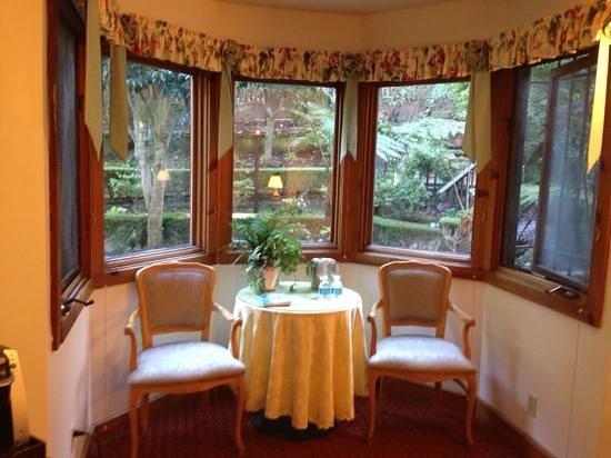 Babbling Brook Inn : small table