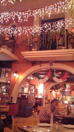 Rolandi's Pizzeria : Dinner under the lights inside Rolandi's