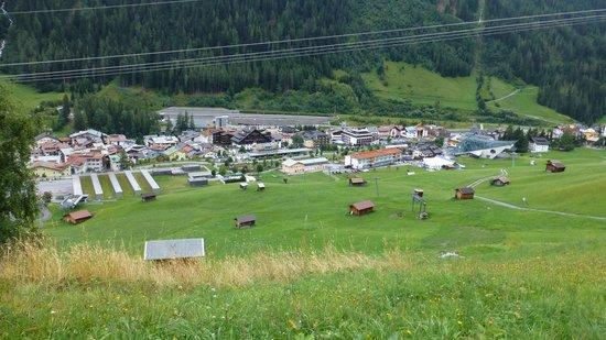 Hotel Post: Blick zum Hotel vom Berg
