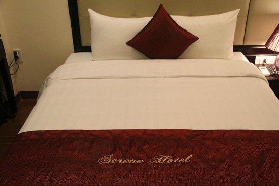 Hue Serene Palace Hotel: cama comodisima