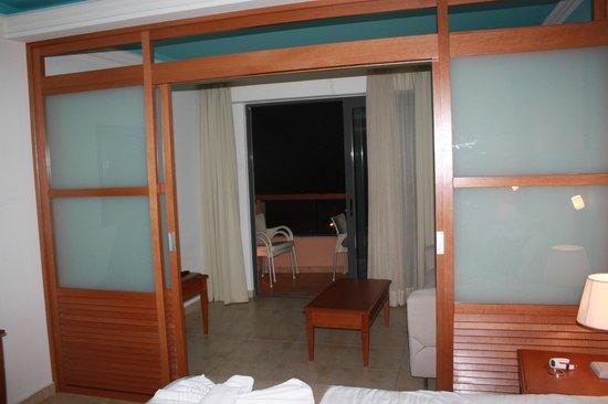 Kiani Beach Resort: coin salon de la chambre avec vue terrasse