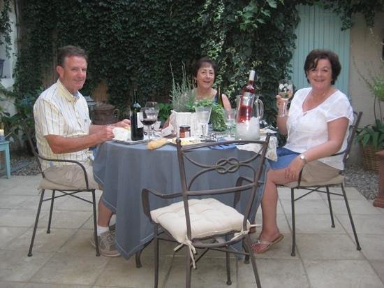 52 Eymet : Enjoying Cheese And Wine In The Courtyard