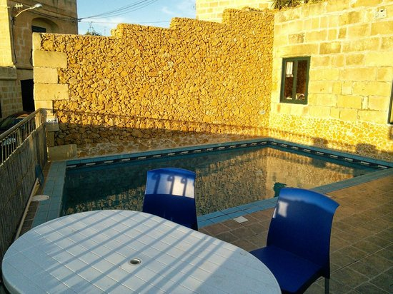 Bella Vista Farmhouses: Piscine dans le soleil couchant