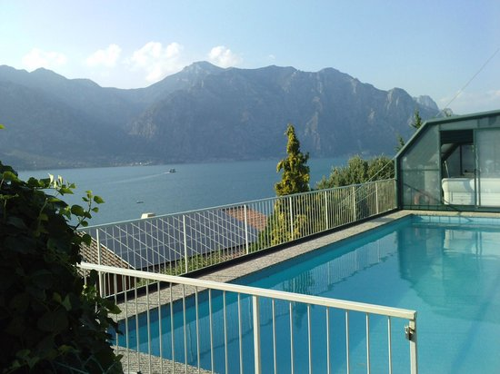 Hotel Villa Carmen: Pool and view from garden