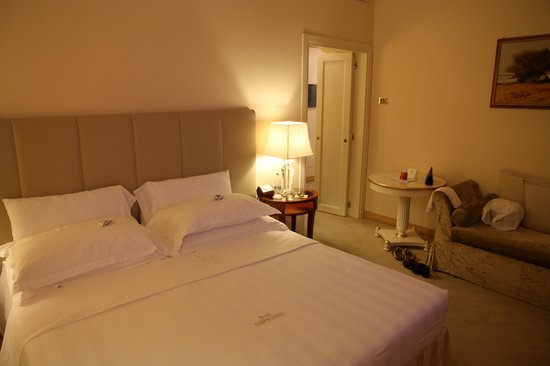 Golden Tower Hotel & Spa: Bedroom - excuse our mess!