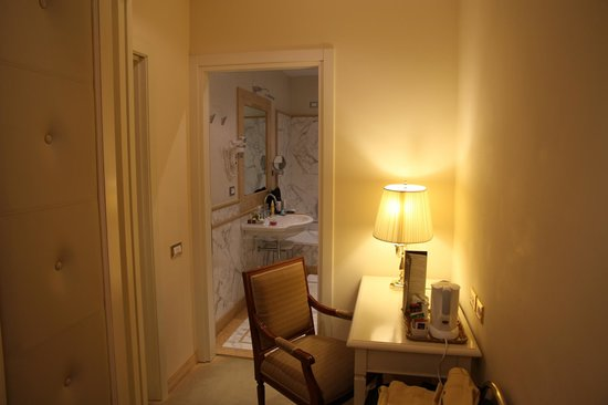 Golden Tower Hotel & Spa: From the Wardrobe/Desk room