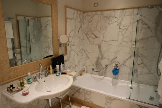 Golden Tower Hotel & Spa: Bathroom - Excuse our toiletaries!