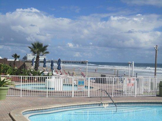 Daytona Inn Beach Resort: Pool and hot tub