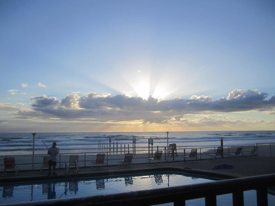 Daytona Inn Beach Resort: Sunrise from unit 122