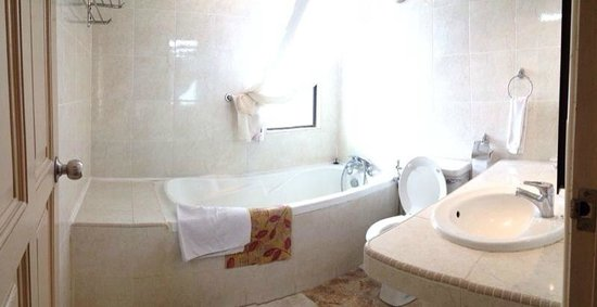 Aldy Hotel Stadthuys: family room - tub. Average, but has a good vibe to it. excuse my photography skills.