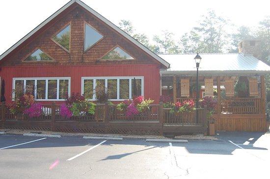 The Gamekeeper's Tavern : beautiful flowers outside the Gamekeepers Tavern