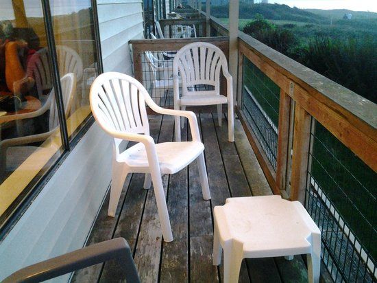 Fireside Motel: Balcony, no steps to ground. have to go out front door to reach grounds