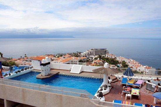 Widok z basenu - Foto van Vigilia Park, Puerto de Santiago - TripAdvisor