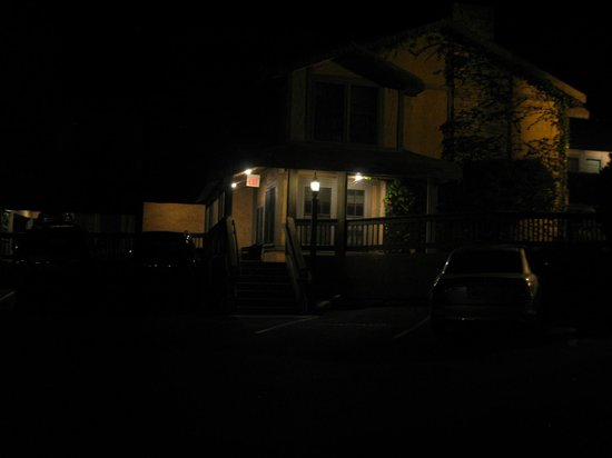 Cottage Inn by the Sea : room location with lighted walk way