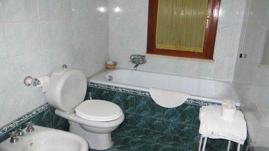 Ortigia Residence: bathtub