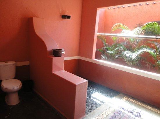PinkCoco Bali: Spacious bathroom
