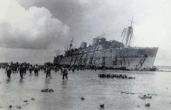 Luganville, Vanuatu: Le SS President Coolidge le 26 octobre 1942 juste avant de couler...