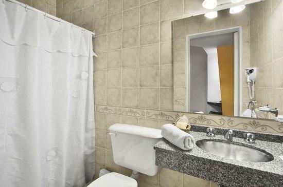 Hotel Milan: Baño