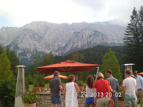 Schloss Elmau: Hands-on American Cocktail Class outside . . . so much fun !!!