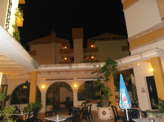 Ran de Mar Hotel/Apartments: Vista de los apartamentos desde la terraza de la piscina