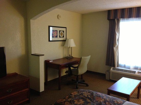 BEST WESTERN Suites Near Opryland : Desk and chair