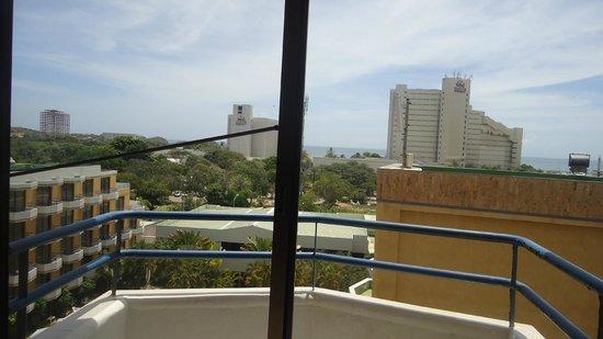 """Margarita Dynasty Hotel & Suites: Del lado izquierdo la varilla de aluminio para """"cerrar la puerta"""""""