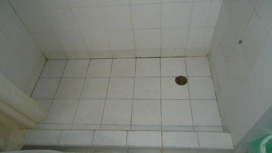 """Margarita Dynasty Hotel & Suites: Miren el piso de la bañera un asco """"4 estrellas"""""""