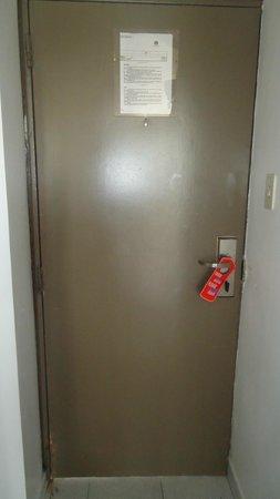Margarita Dynasty Hotel & Suites: Para abrir esta puerta era horrible.se quedaba pegada