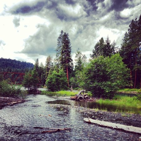 Suncadia Resort: The trail lead down to this river