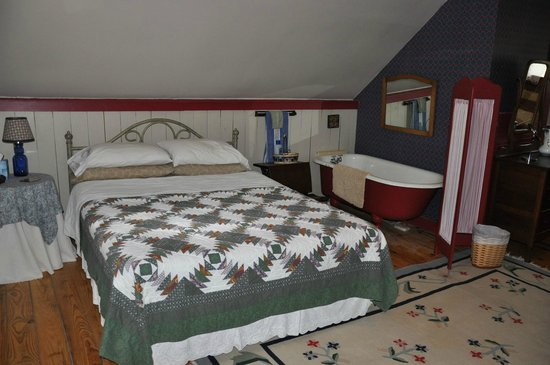 The James Wylie House: Queen bed and the tub. Bathroom with shower also on this floor.