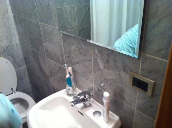 Hotel Francesco: Bagno senza la mensola..