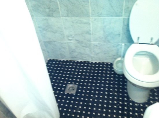 Hotel Francesco : Doccia senza box e carta igienica per terra