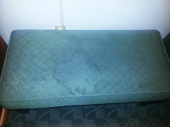 La Quinta Inn Everett: Dirty stained stool/bench