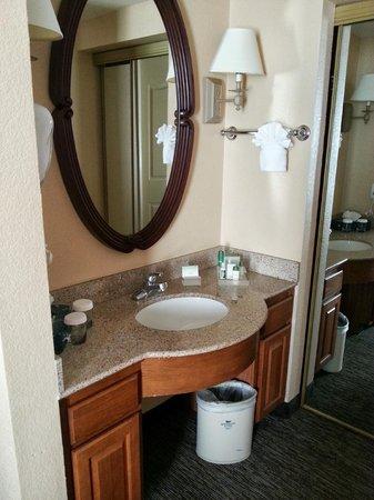 Homewood Suites by Hilton San Diego-Del Mar: Vanity area